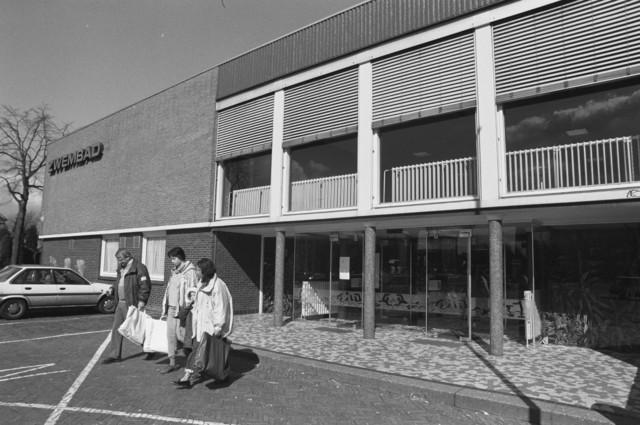 TLB023000056_002 - Entree Gemeentelijk Overdekt Zwembad aan de Ringbaan West. Het zwembad werd geopend in 1967 en buiten gebruik gesteld in 1995. Na de sluiting deed het gebouw dienst als skatehal en werd later de Hall of Fame.