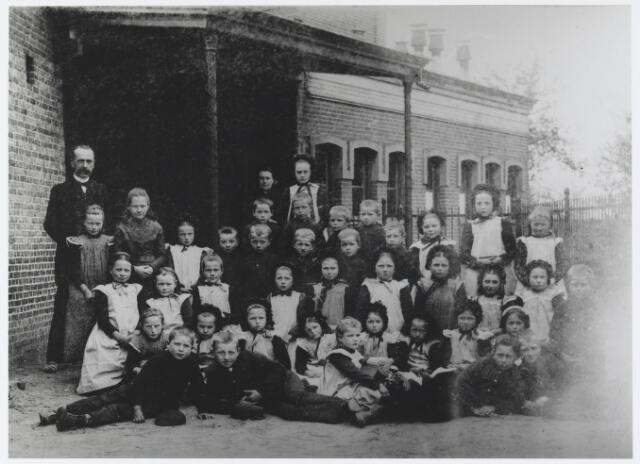 055918 - Basisonderwijs: de eerste klassenfoto van de lagere school in Esbeek