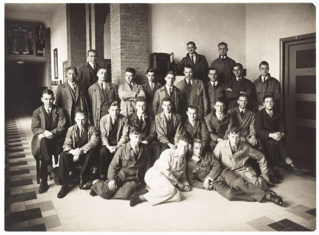 052185 - Onderwijs. Textielschool. Dagcursus 1931/1932. Cursus appreteren en verven. Bovenste rij v.l.n.r: A. Meijer, B. Brands en Ch. Frost. Tweede rij v.l.n.r: J. Diepen, Brockx, A. Duitsman, L. van den Bogaard, W. Smeulders, W. Kars, F. Vinks, Westerburger, H. van der Korst, N. Diepen, J. Obbens, J. van Gestel, A. Raaijmakers, A. van Amelsvoort, J. Blomjous, H. de Beer, A. van Opstal, H. van den Eerden en van de Vaart.