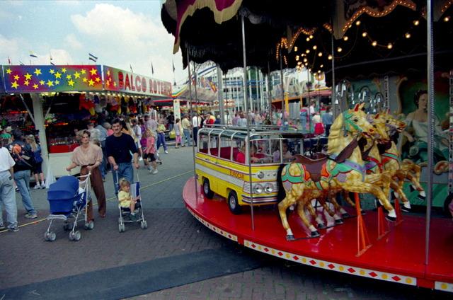 656884 - Bezoekers aan de Tilburgse kermis in 1991. Met draaimolen en gokautomaten.