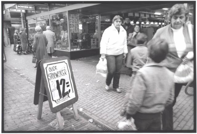 021981 - Winkelend publiek in de Heuvelstraat eind 1981