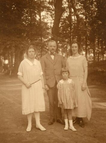 600648 - Vermoedelijk: het echtpaar Kolfschoten-Verheyen met hun dochters Aline en Mary. mr. G.M.J. Kolfschoten (1875-1955), advocaat, trouwde op 27-5-1907 in Den Bosch met jonkvrouw Mary J.A.E. Verheijen (1883-1927), amateur-fotograaf.