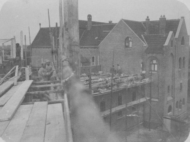 """105210 - """"Tweede bouwfase: boven refter"""" Bouwwerkzaamheden aan de Sint Paulusabdij  te Oosterhout, gebouwd tussen 1906 en1909. (foto genomen vanaf een hogere steiger) Kloosters"""