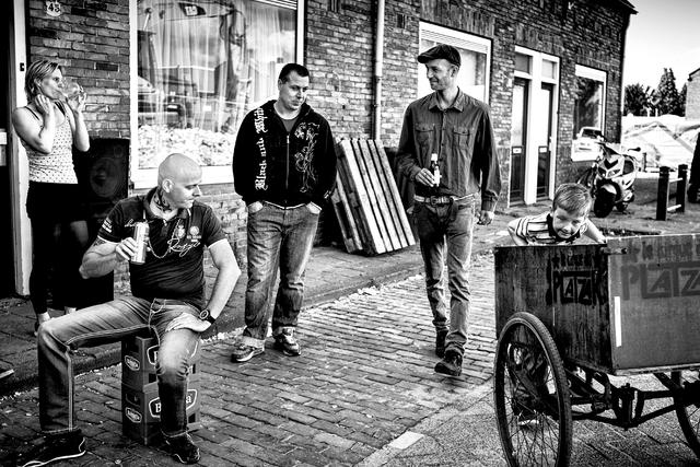 digi 1692_007 - Inwoners op straat in de wijk die in de volksmond bekend staat als de 'Vogeltjesbuurt'. De foto is onderdeel van een fotoserie van Anja van Eersel. Volksbuurt. Broekhoven. Groenewoud.