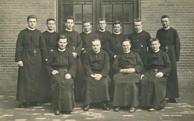 653153 - Klassenfoto fraters van de hoofdaktecursus van de Kweekschool in Tilburg, 1933. fr. Augustino Klijsen.