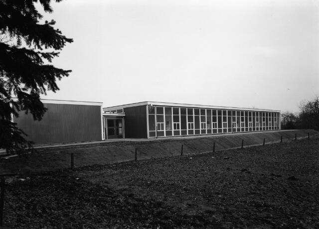 050695 - School. Klaslokalen. Barakken, tijdelijke huisvesting. Foto in opdracht van firma Mallant.