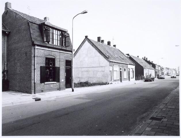 020421 - Panden Hasseltstraat 94 (links) en 98, 100 en 102 (midden) medio 1976
