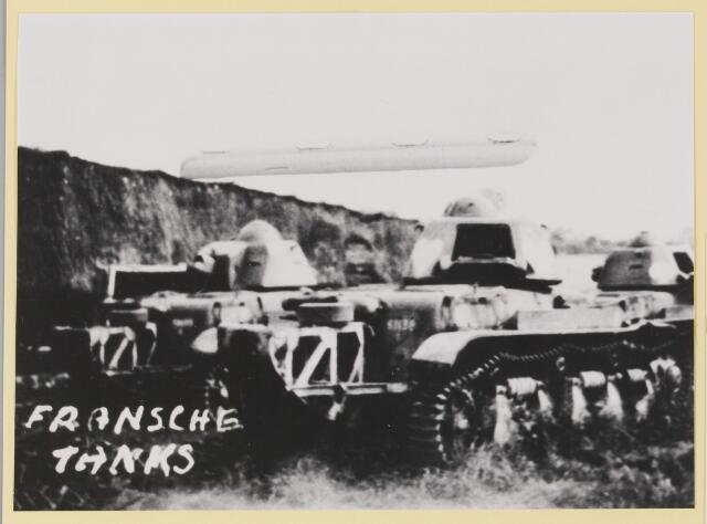 077363 - Tweede Wereldoorlog 1940-1945 Franse tanks nabij Hilvarenbeek, die in de meidagen van 1940 Nederland te hulp kwamen.