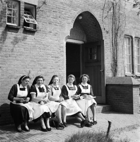 050492 - Het Wit-Gele Kruis, katholieke bond op het gebied van zieken- en gezondheidszorg. Provinciale Noord Brabantse Bond. Wijkverpleegstersdag 1954. Voorzitter: dr. C.J.M. Mol, mgr. prof. dr. F. Eeron, prof. dr. J. de Quaij en mgr. Hendriks.