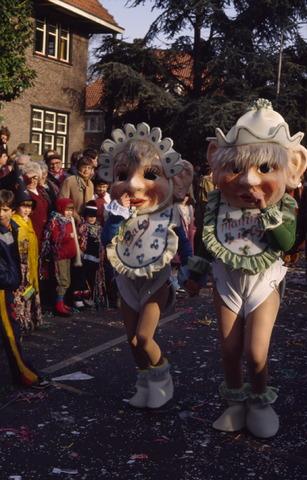 656432 - Carnaval. Optocht in Tilburg in 1983. Twee mensen verkleedt als baby.