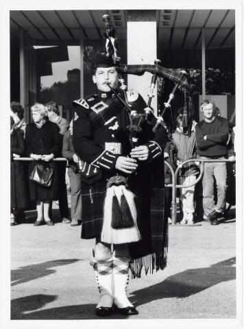 043340 - Op het Paleisplein vonden op 27 oktober 1984 festiviteiten plaats rond de viering 'Tilburg 40 jaar bevrijd'. Hier een optreden van het Schotse pipercorps The Gordon Highlanders.