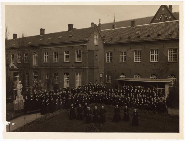 009462 - Kloosters. De fraters in de tuin van het klooster aan de Gasthuisstraat tijdens het gouden jubileum van fr. Tabianus van Es