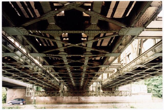 039927 - Onderzijde spoorbrug over het Wilhelminakanaal.