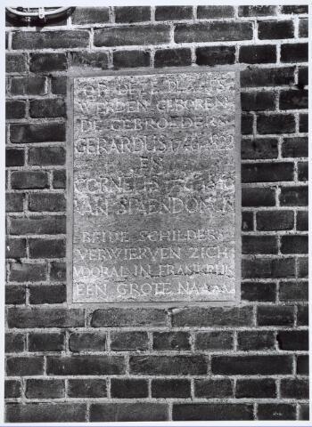 019868 - Gedenksteen tegen de gevel van het pand Groeseindstraat 99 met de vermelding dat op deze plaats de schilders Gerard (1746-1822) en Cornelis van Spaendonck (1756-1840)  werden geboren