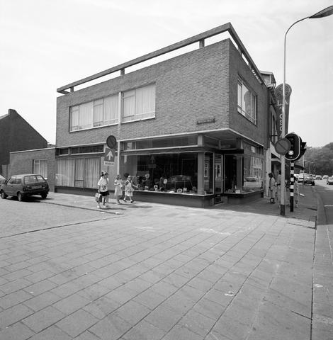 D-000575-4 - Winkelpand van een hoedenwinkel op de hoek van de Theresiastraat en de Veldhovenring.  BNA, tentoonstelling architect Jan Mulders