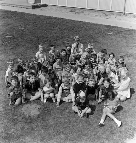 1237_005_190_001 - Onderwijs. Basisschool. Klassenfoto van de Kinderschool in Goirle met juffrouw Appels in juni 1970.