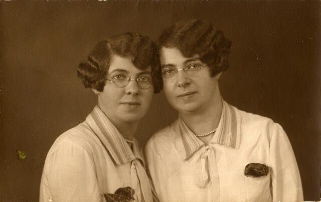 092327 - Links Martina Wilhelmina (Tini)  Pijnenburg, geboren te Udenhout op 16 juni 1905, en rechts Maria Johanna (Riet) geboren te Udenhout op 3 januari 1903, dochters van slachter Martinus Pijnenburg en Johanna Versteden. Tini Pijnenburg overleed te Breda op 9 november 1979. Zij trouwde met douanier Theo Rooymans. Riet Pijnenburg werd onderwijzeres en trouwde aannemer Adrianus van de Plas.