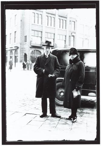 052024 - Hoger Voortgezet Onderwijs. R.K. Leergangen. Huldiging dr. H.W.E. Moller bij zij 60e verjaardag. Op de foto dr. H.W.E. Moller em mevr. A. Bourgonjon. Dr. Moller is vandaag zestig jaar en het past zeker openbaar deze man te huldigen wiens werken voor Katholiek Nederland in Brabant in het bijzonder, zo groot en vruchtdragend is geweest. Dr. H.W.E. Moller (ex jezuïet) was de oprichter van de R.K. leergangen in Tilburg op 12 juli 1918. Hij leefde van 1869-1940. Toen de R.K. Leergangen enorm gegroeid waren werd hij geëerd naar het naar hem vernoemde Mollerinstituut in 1970 en in het gedenkboek 75 jaar R.K. Leergangen in 1987.