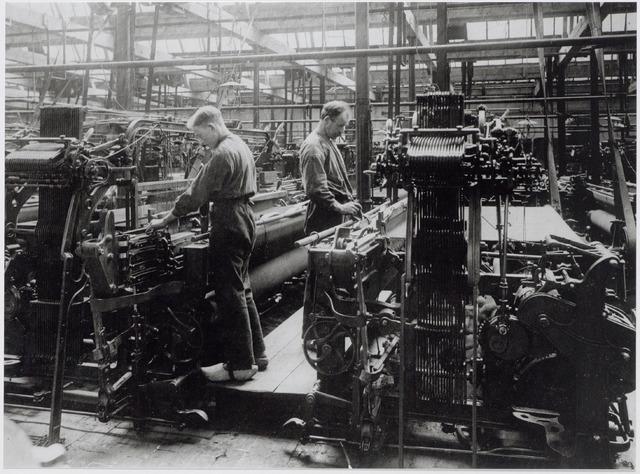 044805 - Wevers in de wollenstoffenfabriek A. & N. Mutsaerts aan de Gasthuisstraat 9.