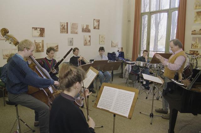 """TLB023000026_002 - Kunstonderwijs, muziekonderwijs; Repetitie in het voormalig Retraitehuis """"Onze Lieve Vrouw van het Cenakel"""". In 1971 verhuisde het Brabants Conservatorium en Muziekschool naar het Cenakel. Foto genomen in kader """"Kunstonderwijs""""."""
