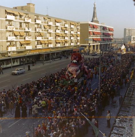 1237_011_825_018 - Carnaval. Kruikenstad. Optocht. D'n opstoet op de Schouwburgring in februari 1975.