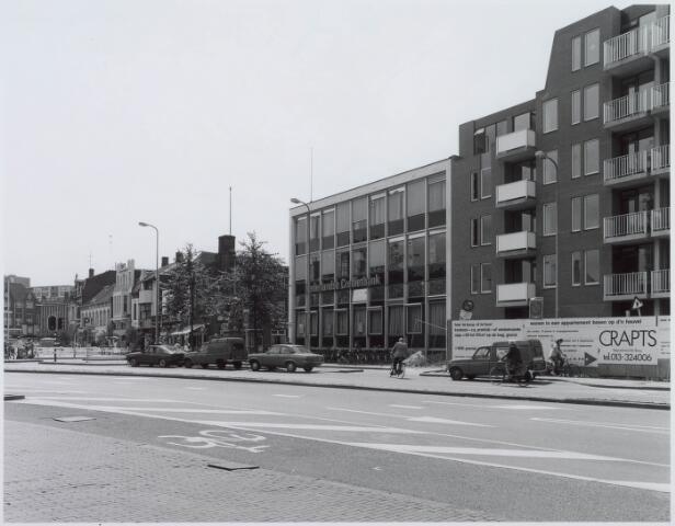 021105 - Nederlandse  Credietbank op de hoek Heuvel - Tuinstraat. Rechts daarvan  wordt een appartementencomplex gebouwd