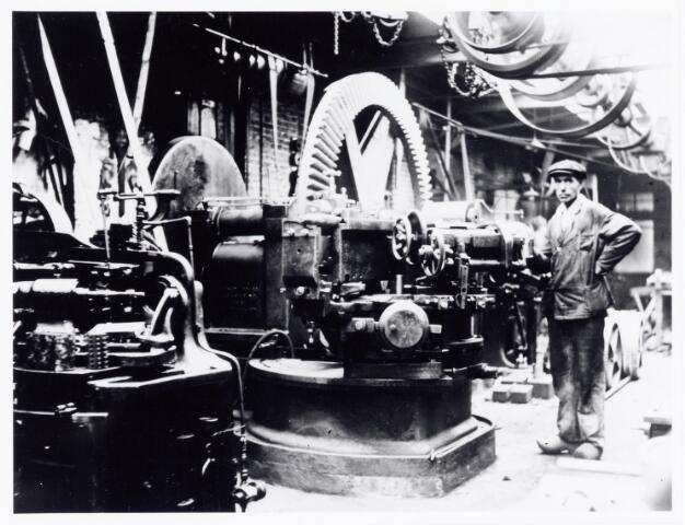 038401 - Interieurfoto machinefabriek P. van der Wegen & Zn. Nu in 2006 is deze machinefabriek uitgegroeid tot een van de grootste in zijn soort. Het fraizen van tandwielen van klein tot groot en tot zo groot dat die elders niet gemaakt kunnen worden, is een van de vele specialiteiten waarin het bedrijf wereldwijd bekend is geworden.