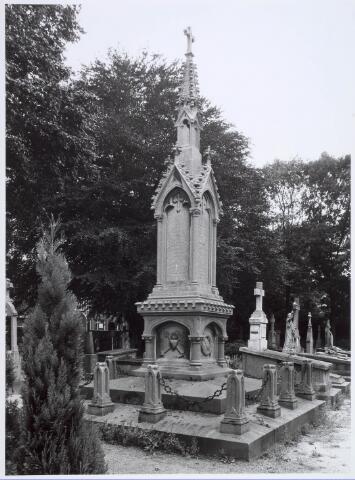 019093 - Begraafplaatsen. Grafmonumenten. Graf van het echtpaar Johannes de Beer (geb. 30 mei 1815, overleden 10 augustus 1899) en Alegonda Kleyberg (geboren 28 februari 1812-overleden 29 mei 1893) en Adrianus Guibertus de Beer (geboren 23 mei 1844, overleden 1898) op het parochiekerkhof aan de Goirkestraat. De tekst op de grafzerk (=toren) is deels onleesbaar.