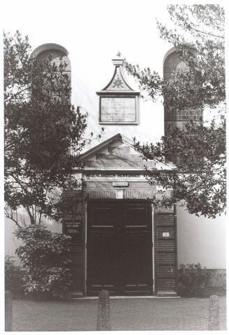 021900 - Ingang van de hervormde kerk aan de Heuvelstraat