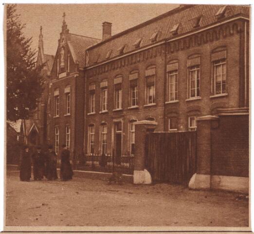 030734 - De Schans. Onderschrift: De vorige week was het 25 jaar geleden dat door wijlen pastoor van der Steen de parochie Heikant te Tilburg werd opgericht het ST. Leonardus-Gesticht.