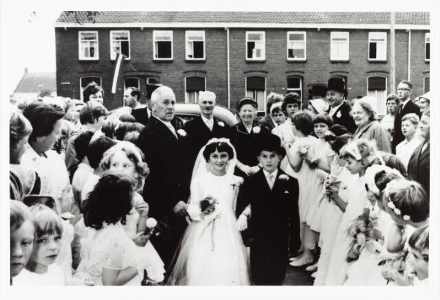 006616 - Op 11 september vierde het echtpaar Van den Bosch-van den Oetelaar hun gouden huwelijksfeest.  Van den Bosch (Adrianus Johannes) was smid-bankwerker bij de NS. Het gouden paar woonde aan de Bosscheweg nr 207.