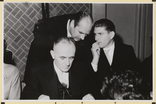 072896 - 25 jarig ambtsjubileum burgemeester J.H. Bardoel. Koffietafel in café-restaurant J. de Brouwer- Smolders Genodigden. Vanaf links: H. van Erve, C. Schade, J. Meeuwis.