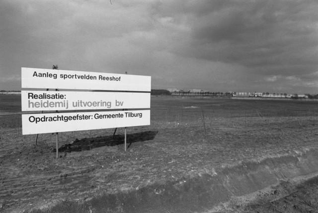"""TLB023000056_003 - Bouwterrein ten behoeve van de aanleg van de Gemeentelijk Sportvelden in de nieuwe wijk De Reeshof. In opdracht van de Gemeente Tilburg was Heidemij Uitvoering BV verantwoordelijk voor de realisatie van het project. Foto genomen in kader van """"Sportlocaties""""."""