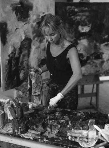 TLB023000952_004 - Charlotte Molenkamp aan het werk in haar atelier.