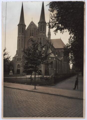 023794 - Kerk van St. Leonardus en Gezellen aan de Koestraat omstreeks 1928