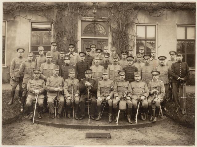 101106 - Militairen. Hoofdkwartier veldleger. Luitenant-Generaal van Terwisga met staf officieren tijdens mobilisatie 1914-1918. Links van hem Forbesweis en Fortanier.