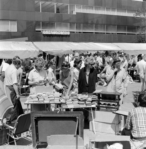 1237_010_704_004 - vrijmarkt op het Willemsplein. De allereerste Kruikenmarkt vond plaats in 1975, op de Oude Markt. Het werd echt een begrip in Tilburg. Maar ook de dertig kramen vol kunst, antiek en andere parels zorgden ervoor dat Tilburgers elke week weer zin hadden in de markt, na vijf jaar kwam er een speciale editie van de kruikenmarkt, nu mochten particulieren ook hun overtollige huisraad verkopen. Dit was een groot succes, tegenwoordig is er een keer per jaar de mei markt, met meer dan 750 kramen door heel het centrum van Tilburg.