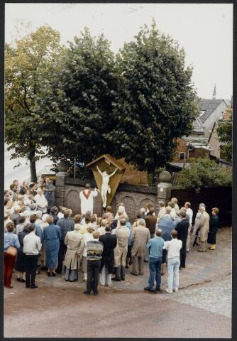 91567 - Album 4. Terheijden. De inzegening, door pastoor BakkeR, van het Veldkruisbeeld in Terheijden. Het eerste Kruisbeeld (geschonken door de heer Jan Rompa) werd vernield tijdens de kermis in 1955. Oud-burgemeester L.E.D.S van Bonninghausen tot Herinckhave zocht een passende bestemming voor het financiële cadeau dat hij van de bevolking bij zijn afscheid had ontvangen. Er werd een antiek corpus gevonden in een dorpje bij Brussel en door het schildersbedrijf Otjens m.m.v. dhr. A. Schets  gerestaureerd. Op zondag 14 september is het corpus ingezegend.