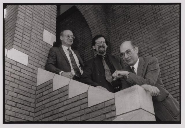 085222 - Dongen. Gemeentehuis. Op de trap Burgemeester J.Dosker, wethouder M.Meijer en hoofd sociale zaken A.van Esch. Naar aanleiding van de beoogde uitwisseling Curacao.