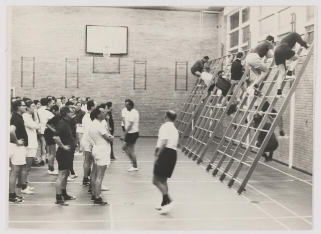 082056 - Sport algemeen. Rijense mannen bestrijden hun buikje