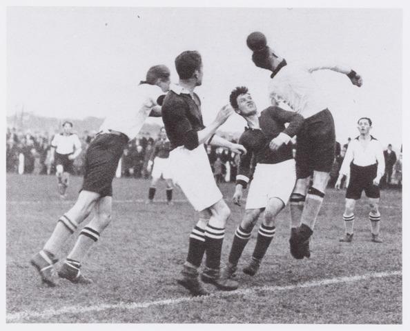 054130 - Sport. Voetbal Longa. Een aanval van op het doel van M.V.V  tijdens de met 3 - 1 door Longa gewonnen wedstrijd.