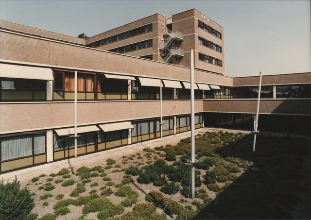 """654054 - Elisabethziekenhuis. Gezondheidszorg. Tussen poligang 1 en 2 bevindt zich het kunstwerk """"De Dobbers"""""""