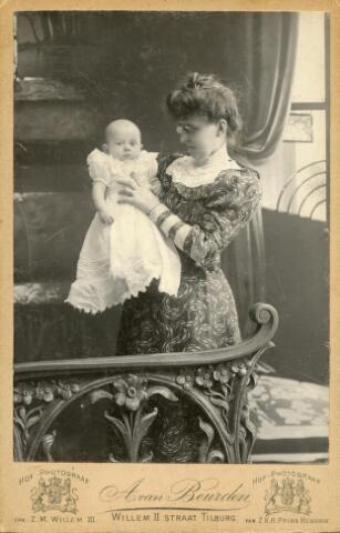 601994 - Christina Gertruda Maria Justina Elisabeth van Beurden-Teulings met haar oudste zoon Leonardus (Leo) Antonius Maria Hendricus Adrianus (1905-1961). Moeder en zoon werden gefotografeerd in het atelier A. van Beurden, destijds in bezit van fotograaf Josephus A. (Sjef) van Beurden (1872-1930). Sjef van beruden was respectievelijk een zwager en oom van de geportretteerden. Leo van Beurden werd uiteindelijk de opvolger van Sjef van Beurden.