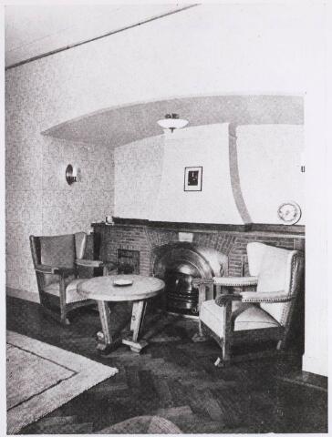 031573 - Interieur. Spoorlaan. N.V. Verzekering-maatschappij Johan de Witt, Tilburg. De directeur de heer Henricus W.C. van Overbeek (1905-1988) had een zithoek in zijn werkkamer met een portret van Johan de Witt aan de schouw.