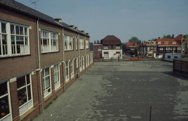 656499 - Afbraak van de Sint Josephschool in de Hoefstraat Tilburg in 1990.