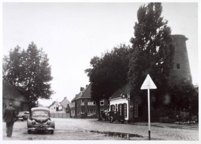 018158 - Elzenstraat, met rechts de houtzaagmolen van Mathijssen