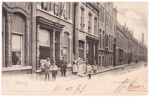 002696 - Tuinstraat richting Heuvel, v.l.n.r. de panden M1116 t/m 1119a (t/m het huis met souterrain), vanaf 1910 nrs. 93-91-89-87-85. De bewoners waren rond 1900 v.l.n.r. de weduwe Mommers-van Breda, Louis Mels (hij staat voor de deur van zijn winkel), A.W.H. van Roessel, mr. J.A.E. Bink en F.J.M. Mutsaerts. Tot 1903 was naast Mutsaerts op nr. M1120 de 'Eerste Tilburgsche Gloeikousjesfabriek' van Reints & Velthuysen gehuisvest.