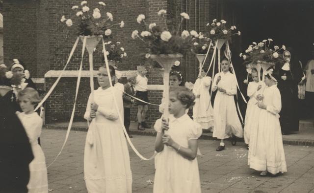 653325 - Parochie Gasthuisring. De bruidjes die meelopen  in de processie ter ere van de overbrenging van het Allerheiligste van de oude Paterskerk naar de nieuwe kerk van O.L. Vrouw van Altijddurende Bijstand.