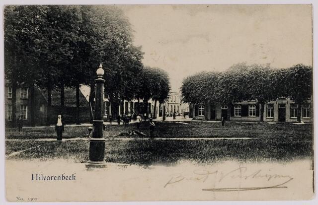 084387 - Vrijthof Hilvarenbeek, op de voorgrond een dorpspomp, op de achtergrond de Paardenstraat. Geheel links de N.H. pastorie.