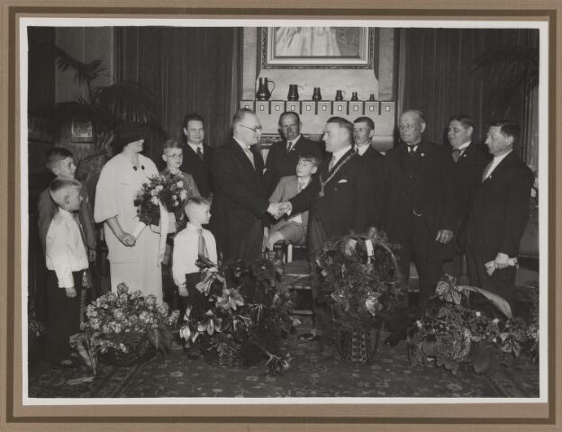 075534 - Gemeente secretaris C.M.H. de Valk vierde op 1 april 1935 zijn 12 1/2-jarig jubileum. vlnr: mevr. de Valk met vier  kinderen, dr. de Saine, secr. de Valk, C.J. Mols (jongen), Jan de Valk, burgemeester Verwiel, H. van Esch, Nelis Verhoeven, Frans de Jong, Cees v.d. Wiel.